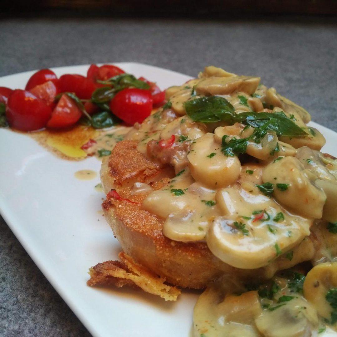 Sellerieschnitzel mit Champigons und Tomatensalat
