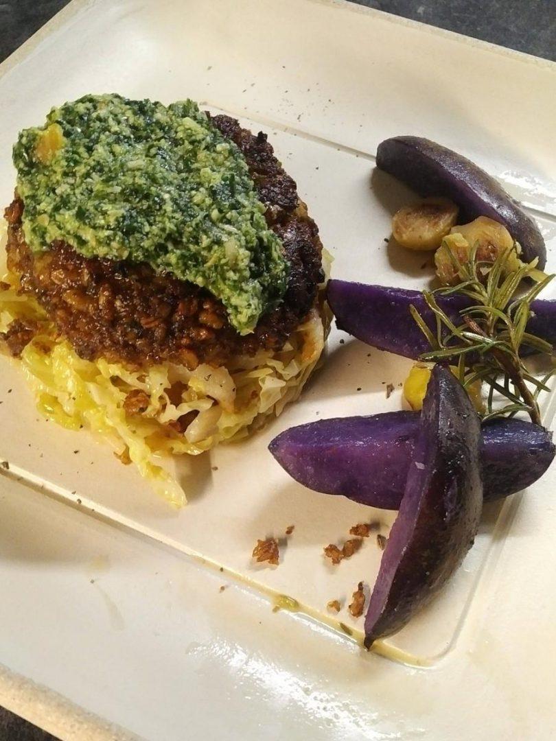 Gemüsebrätling mit Pesto und lila Kartoffeln